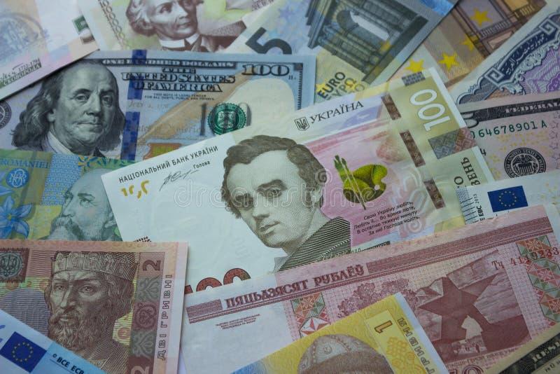 Hryvnia ucraino, banconote in dollari, euro ed altri soldi fotografia stock