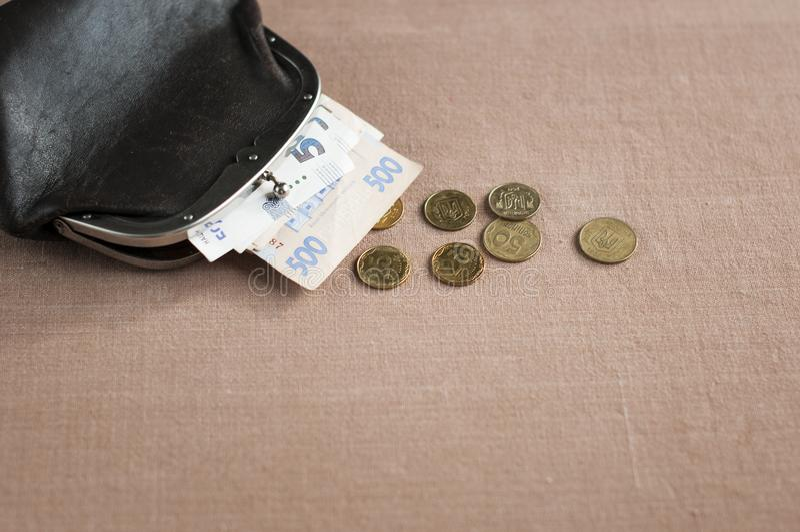 Hryvnia ucraniano com moedas de um centavo em uma bolsa do marrom do vintage, fotos de stock royalty free