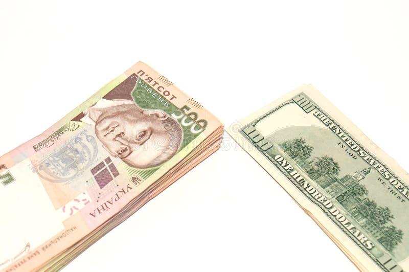 Hryvnia ukrainien et le dollar sur un fond blanc, isolat Problèmes dans l'économie, inflation photos libres de droits