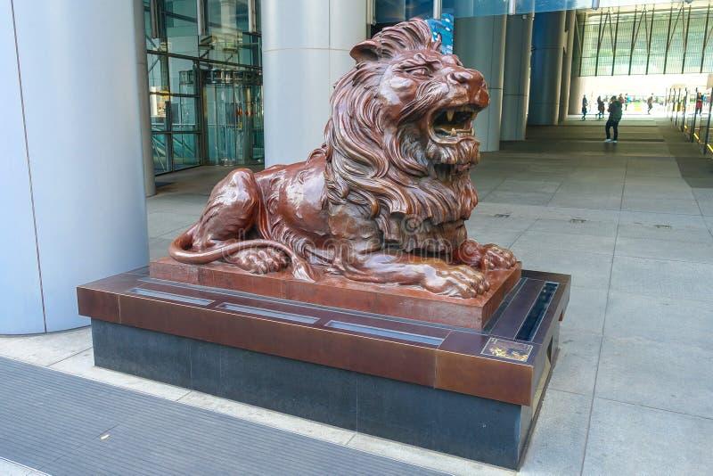 HSBC-Löwe nahe dem Hauptsitzerrichten Hong Kongs und des Shanghais Banking Corporation in der Zentrale HSBC-Holding ist das Haupt stockbilder