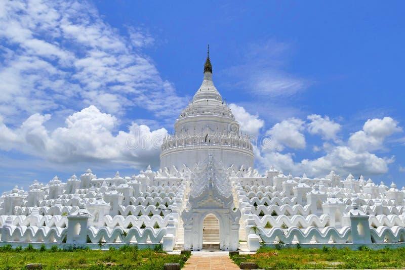 Hsinbyume塔在Mingun,缅甸在夏天 库存图片
