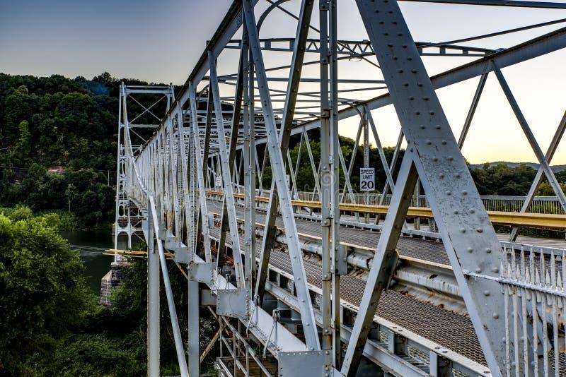 Hstoric纽厄尔在日落-俄亥俄河的收费桥 免版税库存照片
