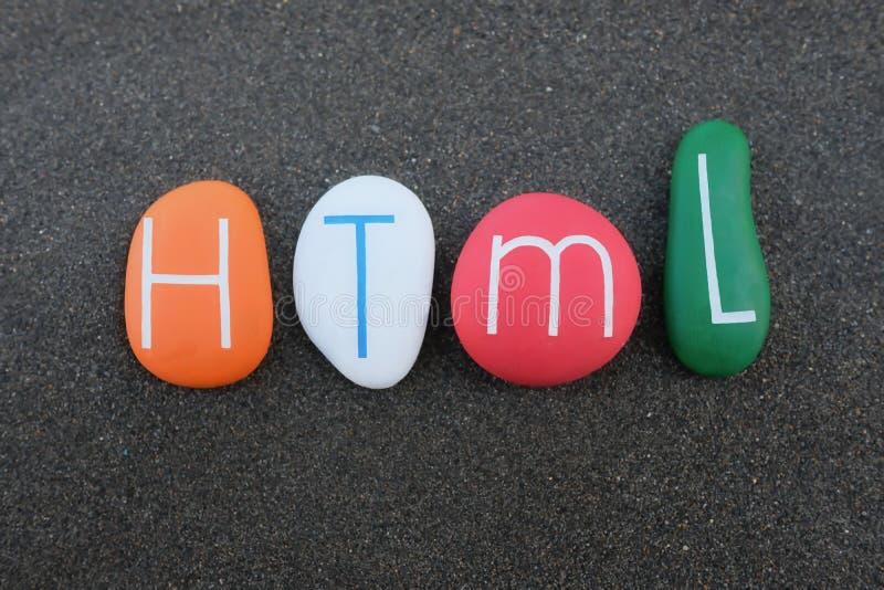 HTML,超文本标记语言标准组成与在黑火山的沙子的色的石头 库存照片