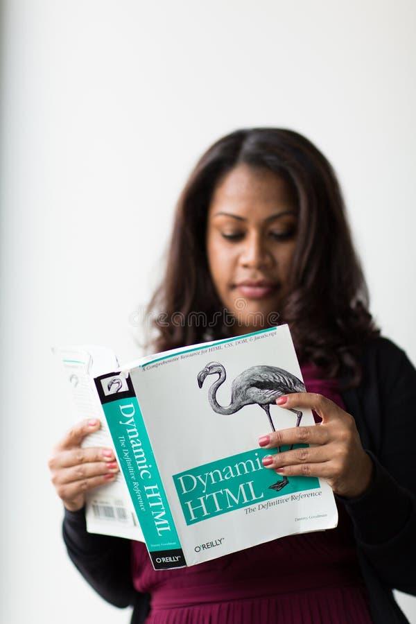 Δυναμικό βιβλίο HTML εκμετάλλευσης γυναικών στοκ φωτογραφία με δικαίωμα ελεύθερης χρήσης