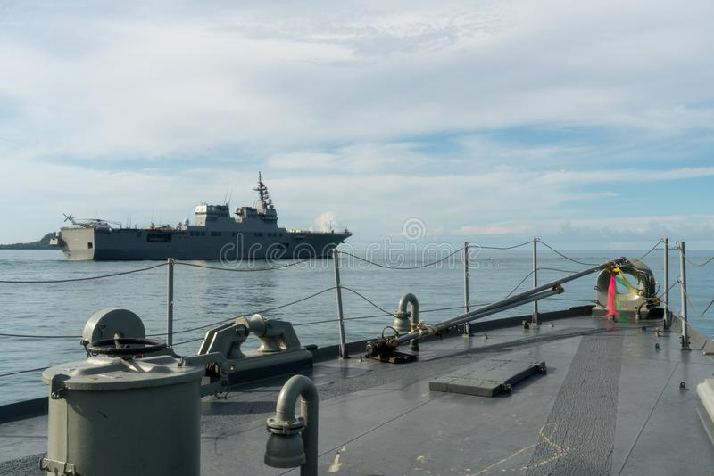 HTMS那拉提瓦正确的泰国近岸巡逻艇和JS艾斯在海把日本直升机驱逐舰风帆留在 图库摄影