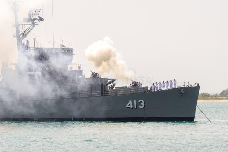 HTMS Pinklao DE 413 inforna il saluto di pistola per onorare il capo della marina di Singapore fotografia stock libera da diritti