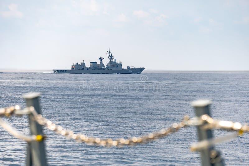 HTMS pociska Taksin Prowadz?ca fregata Kr?lewska Tajlandzka marynarka wojenna ?egluje w morzu podczas Rocznego dennego szkolenia zdjęcia royalty free