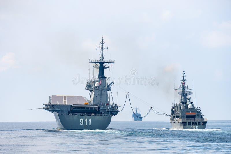 HTMS Taksin r?approvisionne en combustible en mer avec HTMS Chakri Naruebet photos libres de droits