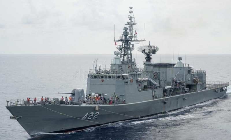 HTMS Taksin replenishs εν πλω με ένα άλλο βασιλικό ταϊλανδικό σκάφος ναυτικού στοκ εικόνα