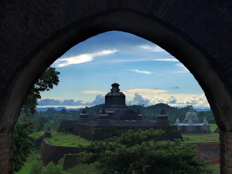 Htukkant-thein tempel i Mrauk U, underregion av det Sittwe området, Rakhine tillstånd, Myanmar. fotografering för bildbyråer