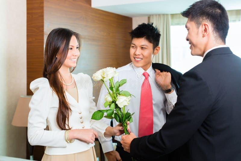 Huéspedes chinas asiáticas del VIP de la recepción del encargado de hotel fotografía de archivo libre de regalías