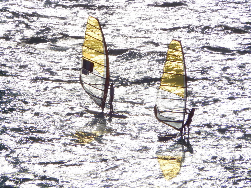 Huéspedes de la vela en el mar imagenes de archivo