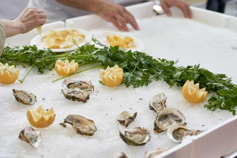 Huîtres délicieuses au marché images stock