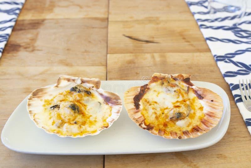 Huîtres délicieuses avec du fromage fondu sur le dessus photo stock