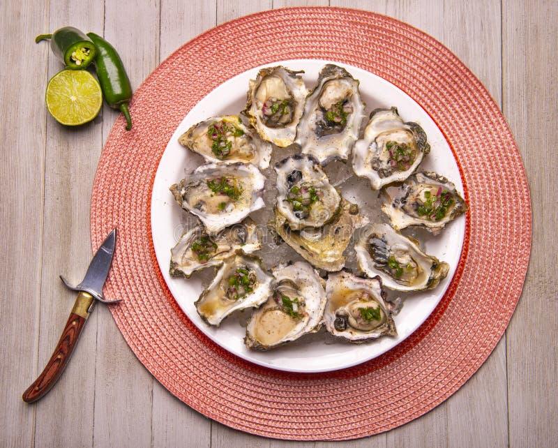 Huîtres fraîches à la sauce jalapeno & citron mignonette photo stock