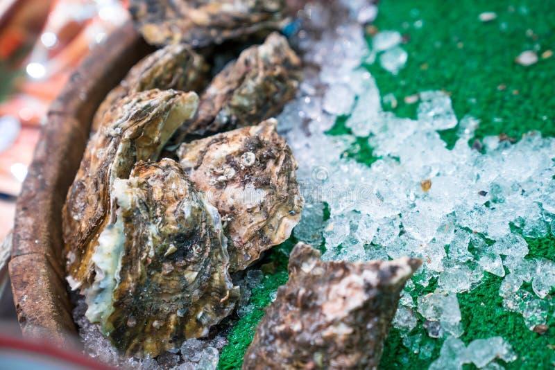 Hu?tres fra?ches en bo?te et glace pr?tes ? cuisiner ? la poissonnerie, Japon photographie stock libre de droits