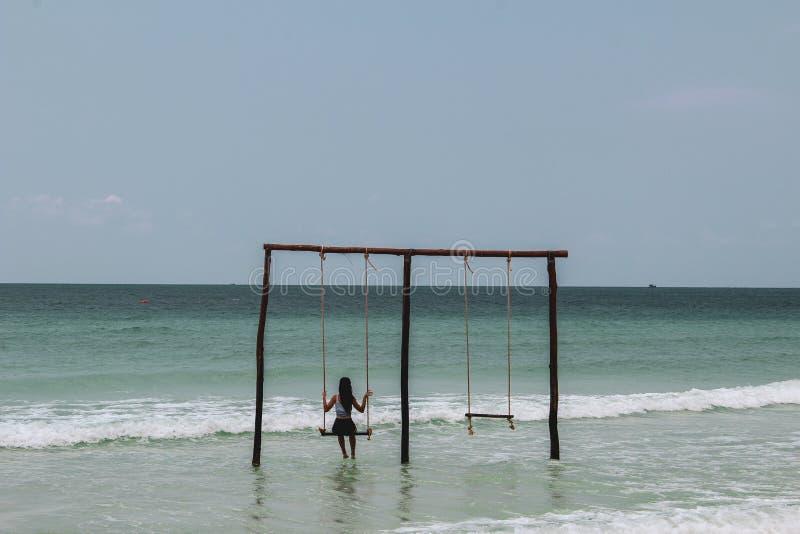 Huśtać się na huśtawce przy oceanem zdjęcia royalty free