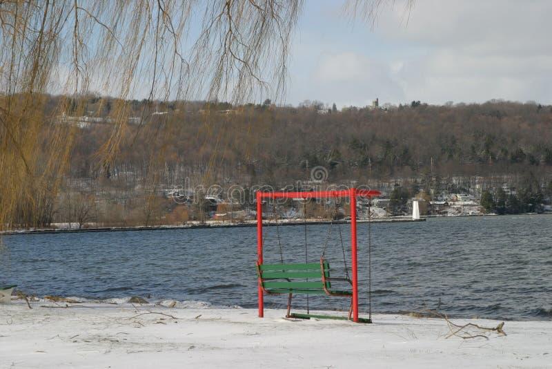 Huśtawka jeziorem w zimie obraz stock