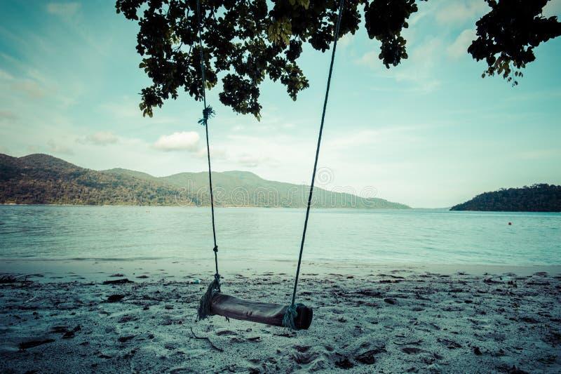 Huśtawka na białej piasek plaży Adang-Rawee wyspa, Andaman se obraz stock