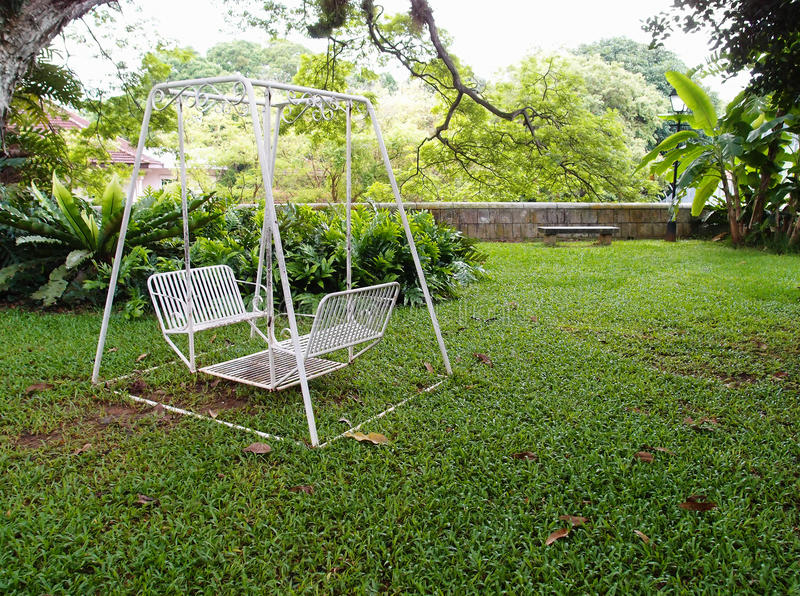 Huśtawka w ogródzie fotografia stock