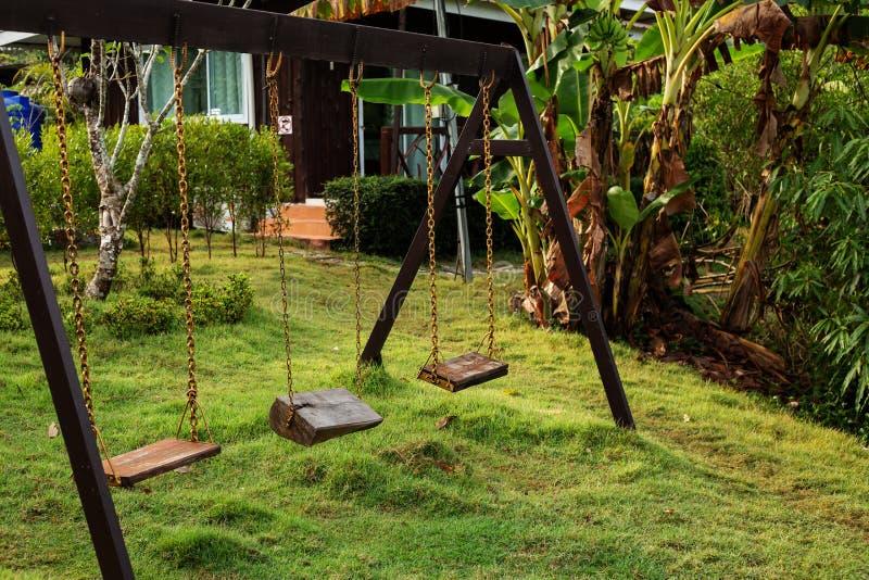 Huśtawka w zieleń ogródzie zdjęcia royalty free