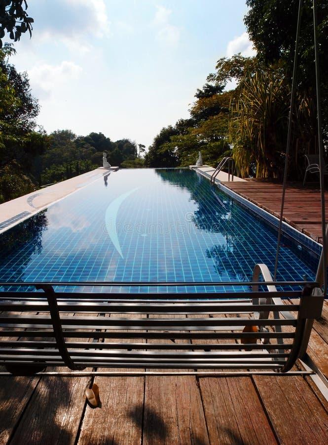 Huśtawka z kurortu basenu widokiem zdjęcia stock