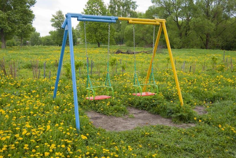 Huśtawki dla dzieci błękitnych, pusty, zdjęcie royalty free