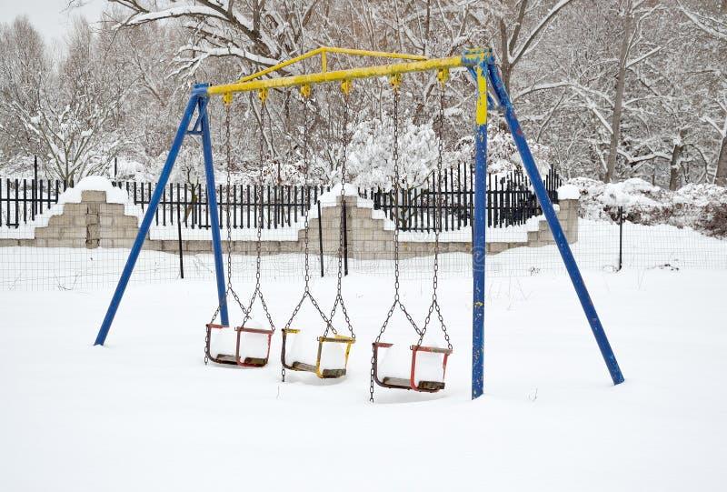 Huśtawki z śniegiem obraz stock