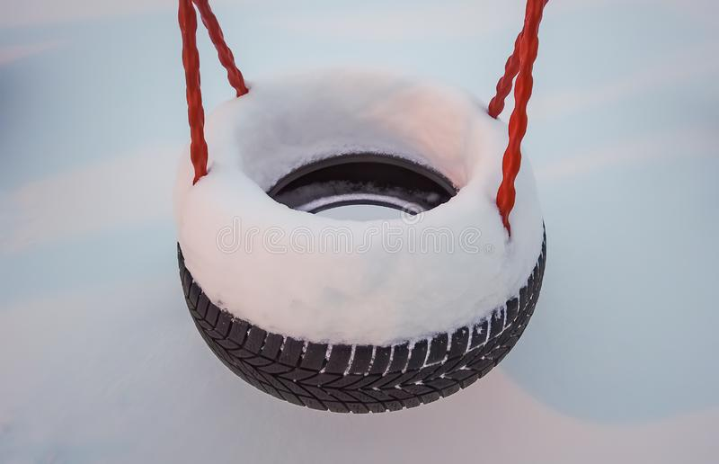 Huśtawkowa opona zakrywająca w głębokim śniegu zdjęcia royalty free