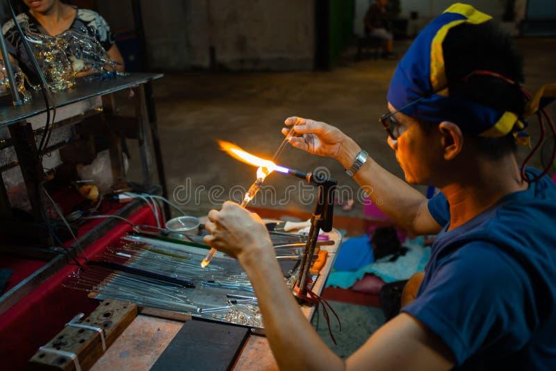 Hua Hin, Tailândia: 24 de outubro de 2018 - o trabalhador está fazendo o cr imagem de stock royalty free