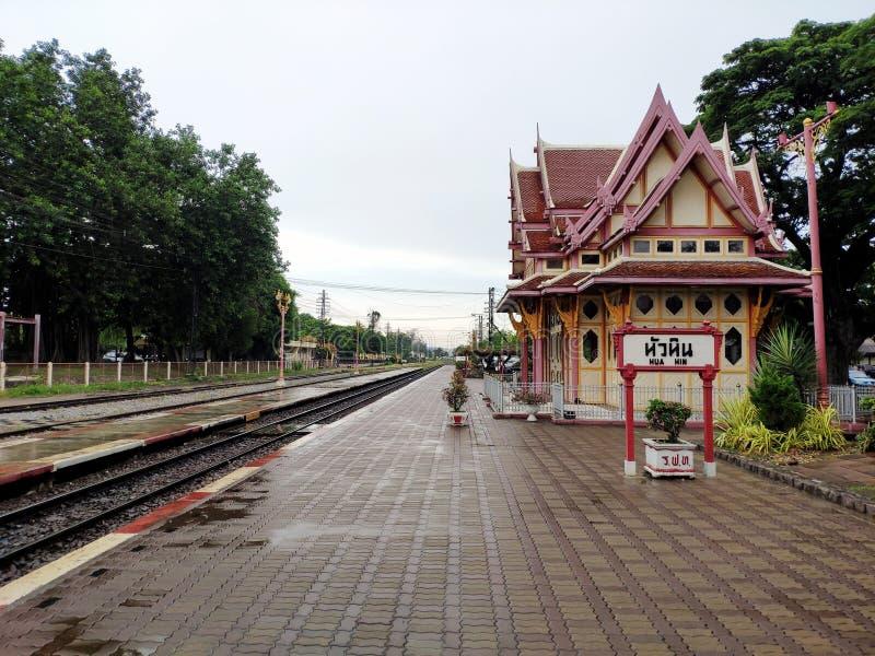 Hua Hin, Tailândia - em junho de 2019: Estação de trem na cidade de Hua Hin imagens de stock royalty free