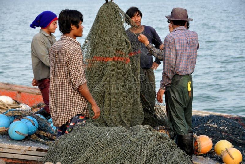 Hua Hin, Tailândia: Pescador com redes imagens de stock royalty free