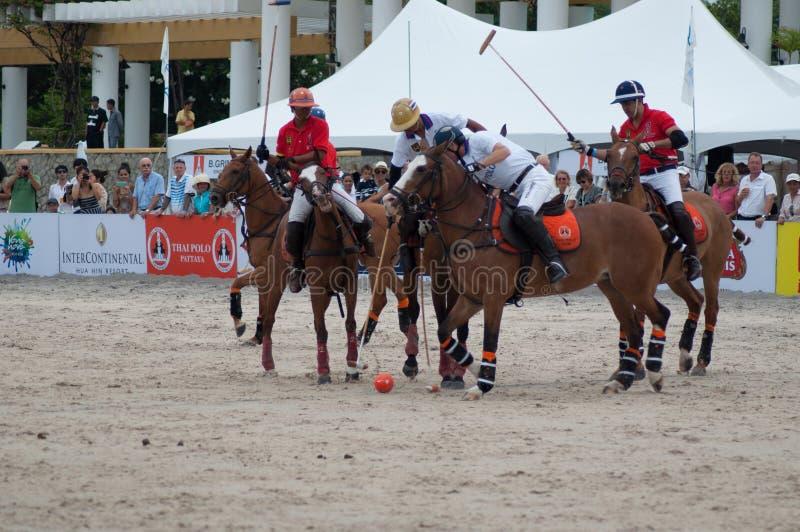 HUA HIN, TAILANDIA - 25 DE ABRIL: La India Polo Team (blanco-rojo) juega contra Tailandia Polo Team (blanco) durante 2015 la play imágenes de archivo libres de regalías