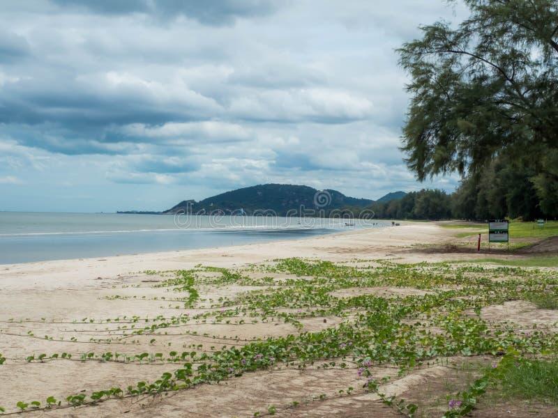 Hua Hin Thailand - 25 de septiembre de 2017: Playa de Khao Takiab cerca de Hua Hin, Prachuap Khiri Khan Province, Tailandia merid fotografía de archivo
