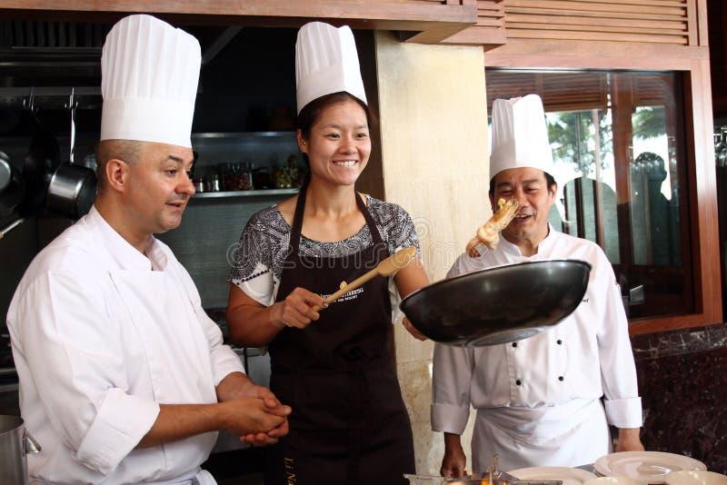 HUA HIN, THAILAND - 29. DEZEMBER: Li-Na von China thailändische Nahrung (Auflage thailändisch) kochend. Vor Tennis Match Hua-hin W lizenzfreie stockbilder