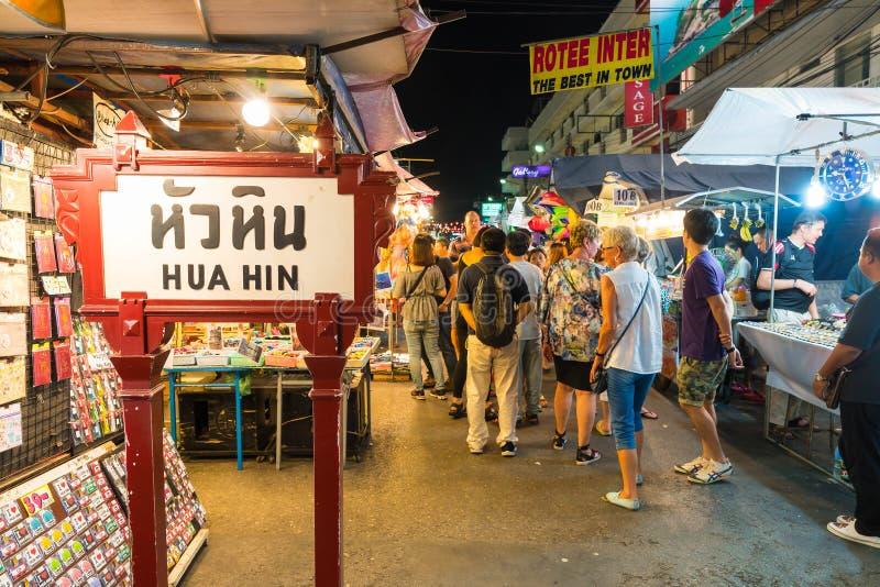 HUA HIN, THAILAND - Januari 22 2016: Turistpromenad på nattmodern arkivbilder