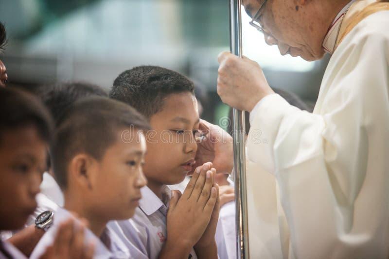 HUA HIN, THAILAND - NOVEMBER 10: Biskop Joseph Prathan Sridarunsil på invigningceremoni av confirmants på November 10, 2018 in arkivbild