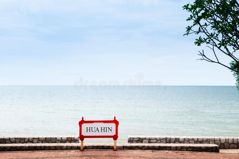 Hua Hin znak przy plaży stroną na lato słonecznym dniu obrazy stock