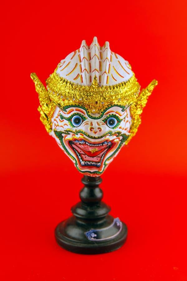 Hua Khon Ancient Thai Show huvudmaskering som isoleras på röd backgroun arkivfoton