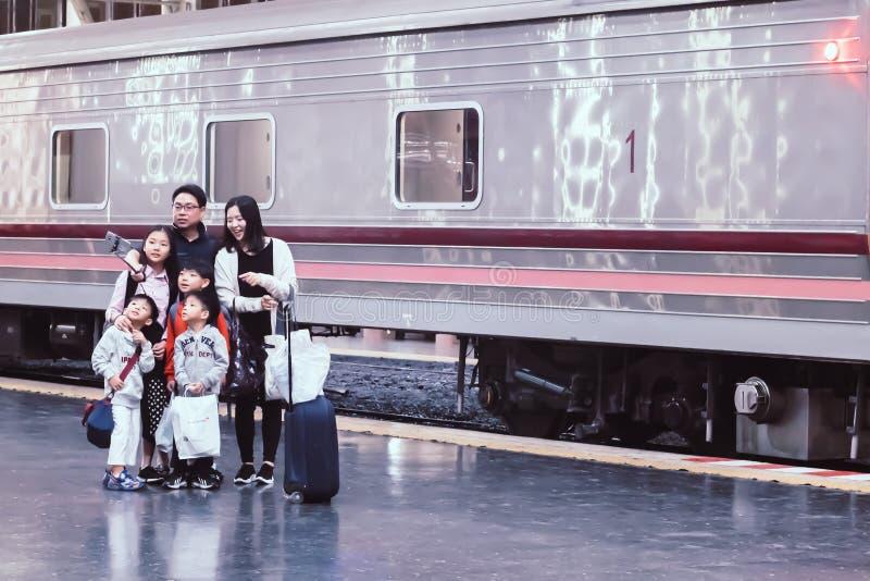Hua Lampong stacja kolejowa Bangkok Tajlandia, Grudzień, -, 2018: Azjatycki rodzinny wp8lywy selfie przy estradowym szczęśliwym w obraz royalty free