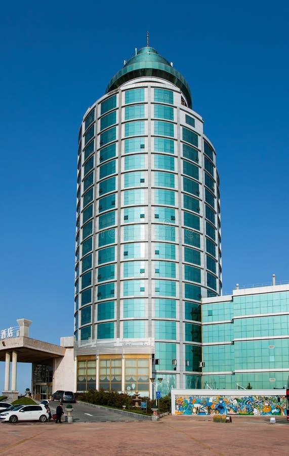 Hua Międzynarodowy hotel przeciw niebieskiemu niebu, Yantai, Chiny zdjęcie stock