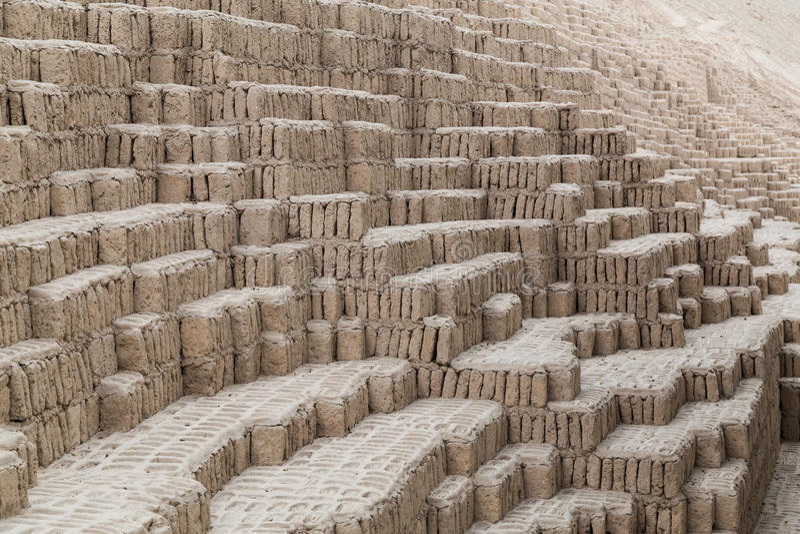 Huaca Pucllana, Juliana ou Wak'a Pukllana - grandes adôbe e pirâmide da argila em Miraflores, Lima, Peru fotos de stock royalty free