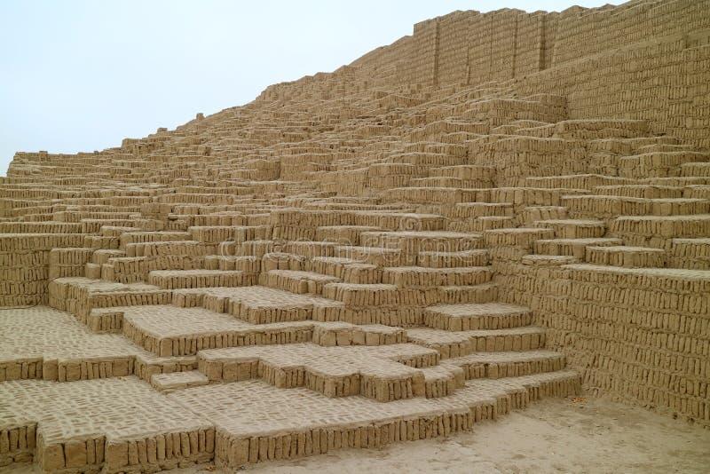 Huaca Pucllana, restna av forntida Adobe och lerapyramiden i Miraflores, Lima, Peru arkivfoto