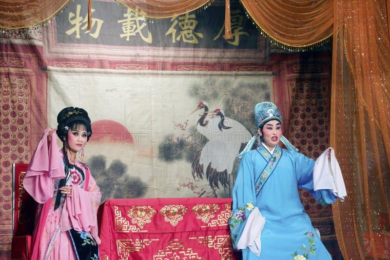 Huadan (ung aktris) och xiaosheng (ung skådespelare) av den kinesiska traditionella operan royaltyfria bilder