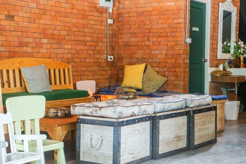 Huahin/泰国- 2019年4月16日:椅子和沙发旅馆休息室葡萄酒内部  图库摄影