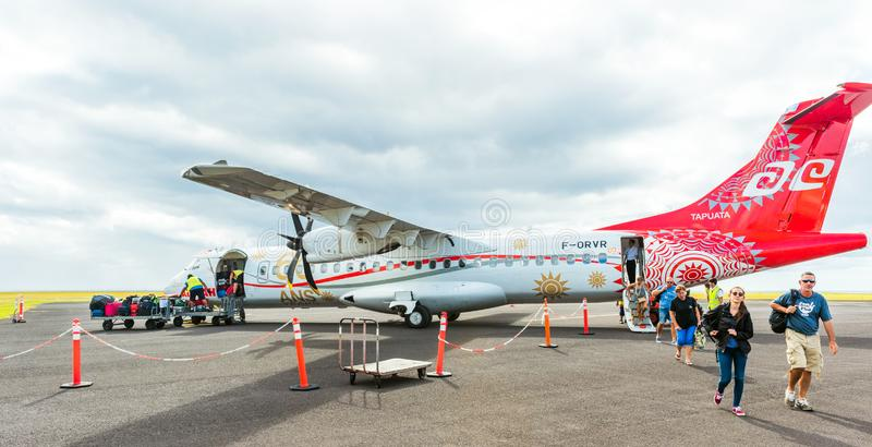 HUAHINE, FRANZÖSISCH-POLYNESIEN - 23. SEPTEMBER 2018: Passagiere lassen das Flugzeug Flugzeug gegen einen bewölkten Himmel stockfoto