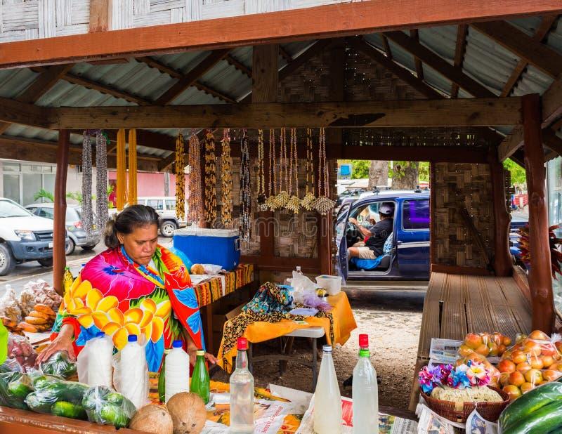 HUAHINE, POLYNÉSIE FRANÇAISE - 23 SEPTEMBRE 2018 : Le vendeur sur le marché est derrière le compteur images stock