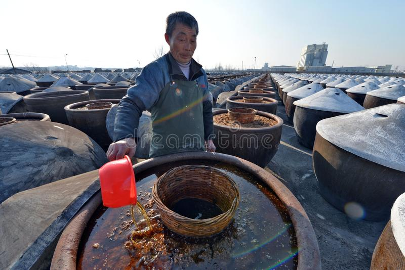 Huai ', jiangsu landskap, Kina: hävdvunnen soyavinäger är den populära på våren festivalmarknaden arkivfoto