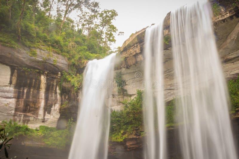 Huai Luang Waterfall, anche conosciuto come Namtok Huai Luang o Namtok Bak Teo La cascata è punti profondi del basso tre da un el immagine stock