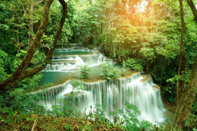 Huai Mae Khamin Waterfall Flowing från det uppströms av Kala Mountains Is en torr vintergrön skog i öst av den Srinakarin fördämn royaltyfri bild
